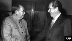 Кинескиот комунистички лидер Мао Це-тунг и американскиот претседател Ричард Никсон на средба во Пекинг на 22 февруари 1972 година.