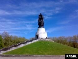 Конечная цель байкеров - памятник Воину-освободителю в берлинском Трептов-парке