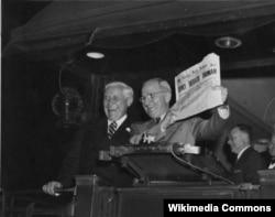 """Гарри Трумэн наутро после выборов со свежим номером Chicago Tribune в руках. Заголовок на первой полосе: """"Дьюи разгромил Трумэна"""""""