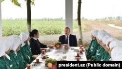 Prezident İlham Əliyev Sabirabadda pambıqçılarla