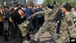 Казаки избивают демонстрантов на Пушкинской площади в Москве, 5 мая 2018 года