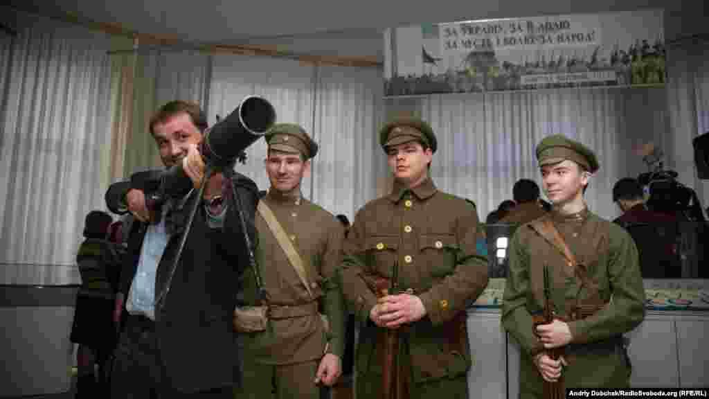 ГоловаУкраїнського інституту національної пам'ятіВолодимир В'ятрович пробує на вагу кулемет Льюїса (вага із боєкомплектом близько 20 кілограмів). Під час Першої світової він був одним із найбільш «високотехнологічних» видів зброї