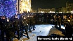 Forțe ale poliție dispuse în fața Parlamentului de la Budapesta, în cursul protestelor de la 12 decembrie 2018