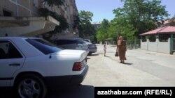 Aşgabatda ýaşaýyş jaýlarynyň öňüne park edilen awtoulaglar.