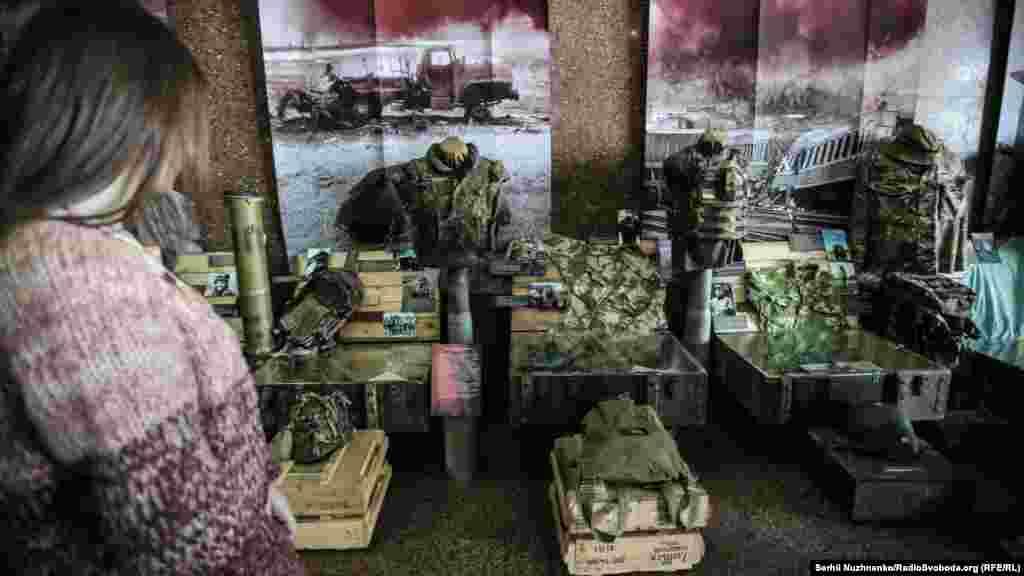 Експозицію виставки допомагали збирати військові, волонтери, журналісти