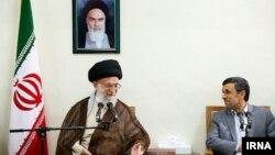 Իրանի գերագույն առաջնորդ Ալի Խամենեի և նախագահ Մահմուդ Ահմադինեժադ, հուլիս, 2013թ․