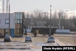 На завод за дзень да прыезду Лукашэнкі цягнуцца чароды лесавозаў