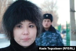 Алия Турусбекова, жена заключенного оппозиционного политика Владимира Козлова, возле тюрьмы, где он содержится. Поселок Заречный Алматинской области, 5 декабря 2014 года.
