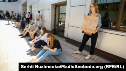Прихильники Стерненка під будівлею Апеляційного суду