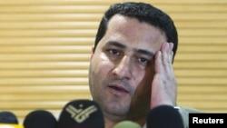 شهرام امیری در تصویری که هنگام بازگشت او در جمع خبرنگاران در فرودگاه امام خمینی گرفته شده است