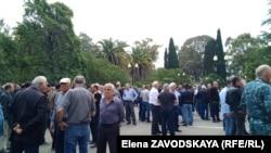 На площади перед парламентом собрались жители села Тамыш