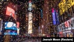 Конфетти летает вокруг шара и часов обратного отсчета на Таймс-сквер во время виртуального празднования из-за вспышки COVID-19 на Манхэттене в Нью-Йорке, США, 1 января 2021 года