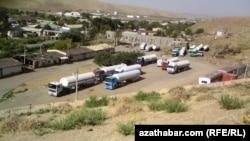 Автомобили на дороге в Туркменистане рядом с границей с Афганистаном. Иллюстративное фото.