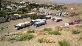 Грузовые автомобили на территории Туркменистана близ границы с Афганистаном. Иллюстративное фото.