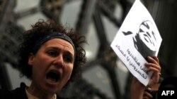 Каирдегі шерулердің біріне қатысып тұрған әйел адам. Египет, 16 наурыз 2012 жыл. (Көрнекі сурет)