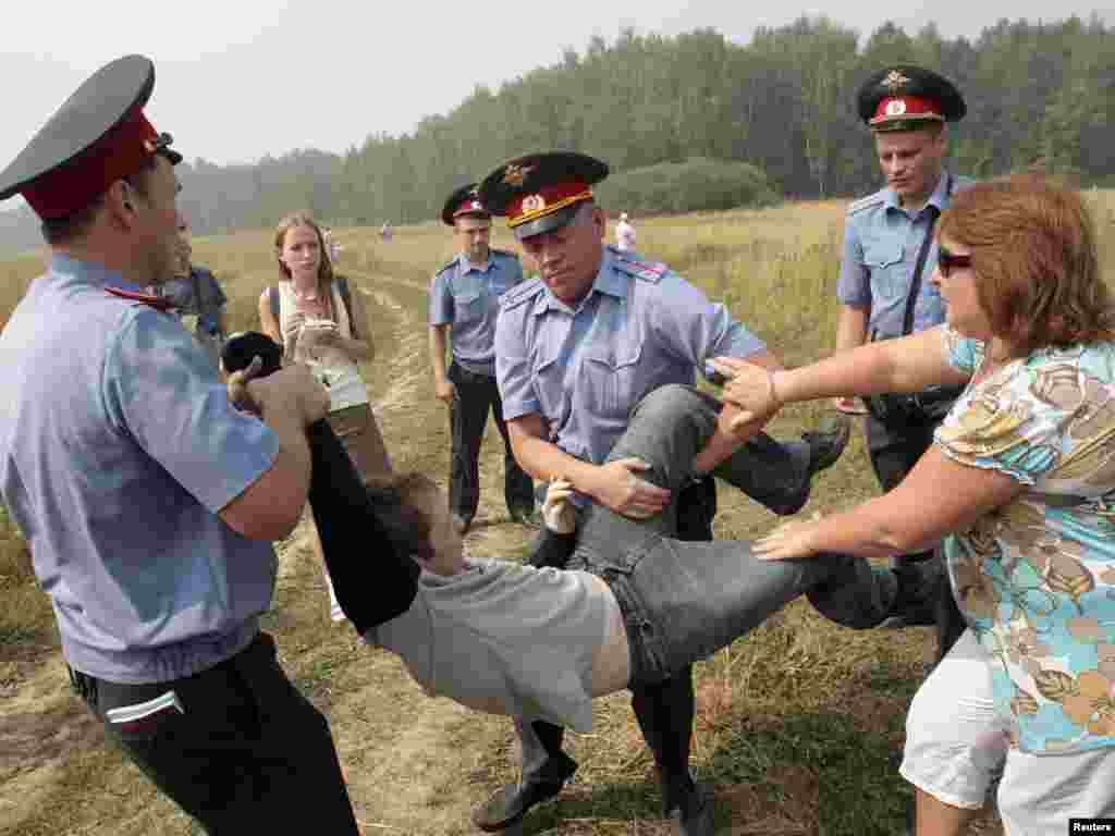Russian police detain a Khimki activist for attempting to reach the site of the deforestation on August 2.