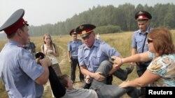 Милиция применяет самые жесткие методы борьбы с защитниками леса.