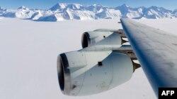 Крыло самолета-исследователя над самой высокой точкой Антарктиды – вершиной Винсон