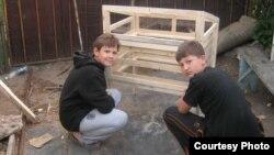Школьники Александр Гловацкий и Иван Щедрин, изготовившие солнечную печь и сушилку. Темиртау, 2013 год.