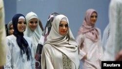 Демонстрация коллекции мусульманской одежды для женщин в Стамбуле. Иллюстративное фото.