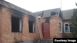 Спалений будинок родичів бойовиків, підозрюваних у нападі на Грозний 4 грудня 2014 року, село Янді, Чечня, Росія