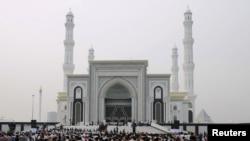 """Мечеть """"Хазрат Султан"""". Астана, 6 июля 2012 года."""
