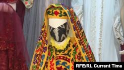 Сатторов работает исключительно страдиционными для Таджикистана тканями, украшенными национальной вышивкой иместными узорами. Изнихже шьет маски.