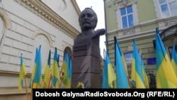 Біля пам'ятника В'ячеславу Чорноволу в Івано-Франківську, 25 березня 2016 року