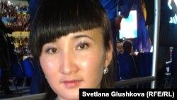 """Молодая учительница Карлыгаш Бугыбай на съезде """"Жас Отанa"""". Астана, 16 ноября 2012 года."""