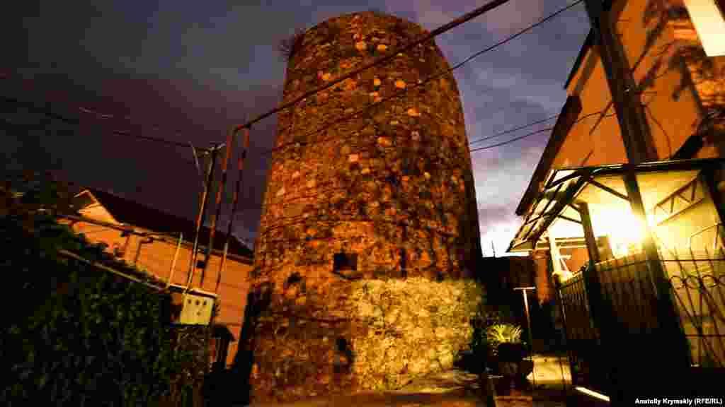 Башня средневековой крепости Алустон