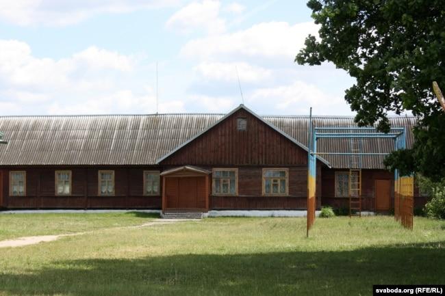 Будынак старой школы пасьляваеннай пабудовы ў Прылуках