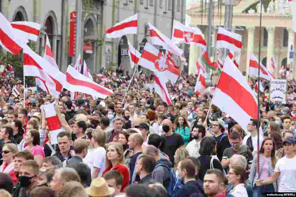Тисячі людей на Жовтневій площі у Мінську