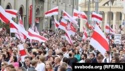 Участники воскресного марша в Минске. 6 сентября 2020 года.
