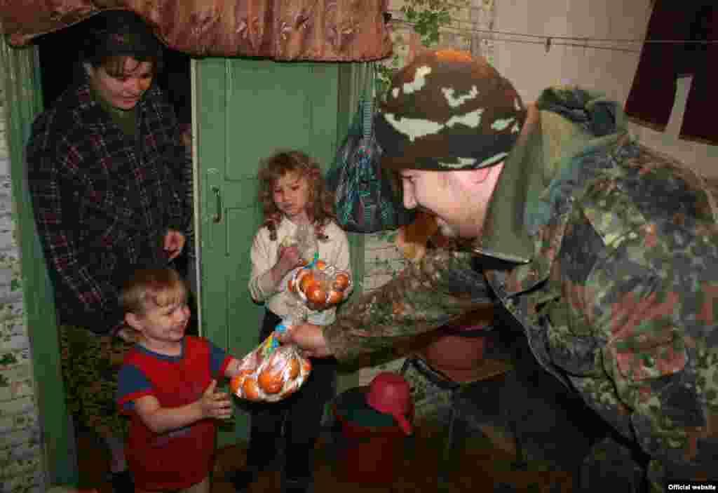Оіцери цивільно-військового співробітництва роздають гуманітарну допомогу вимушеним переселенцям у Великій Новоселці на Донеччині, 17 грудня 2014 року