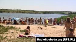 Попри коронавірус і брудні пляжі, донеччани купаються у місцевих водоймах