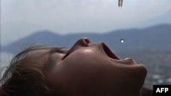 Вакцинація дитини оральною поліовакциною (ілюстраційне фото)