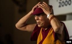 Далай-лама виступає з промовою на «Форумі 2000». Прага, 18 жовтня 2016 року