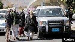 شورشیان حوثی در یک ایست بازرسی در نزدیکی کاخ ریاستجمهوری در صنعا