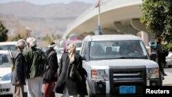 """""""Аль-Хути"""" тобунун согушкерлери президенттин сарайына алып баруучу жолдо. Сана, 20-январь, 2015-жыл."""