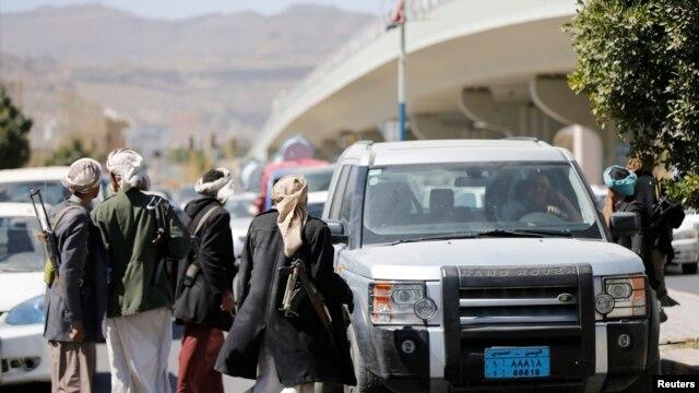 پست بازرسی شورشیان حوثی در جاده منتهی به کاخ ریاست جمهوری یمن.