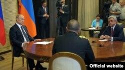 Ресей президенті Владимир Путин (сол жақта), Армения президенті Серж Саргсян (оң жақта) және Әзербайжан президенті Ильхам Әлиев (ортада) үшжақты кездесуде отыр. Сочи, 10 тамыз 2014 жыл.