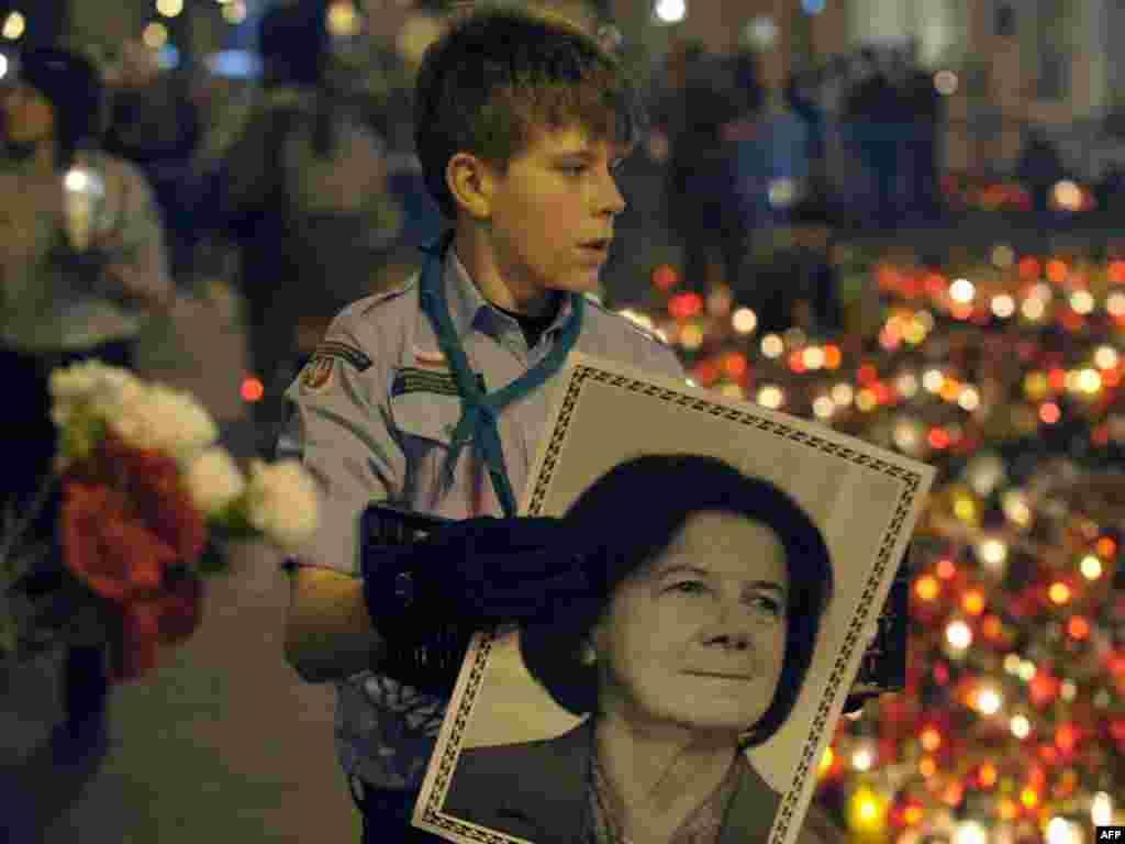 Хлопчык з партрэтам Марыі Качыньскай, загінулай жонкі прэзыдэнта Польшчы, стаіць каля прэзыдэнцкага палацу ў Варшаве.