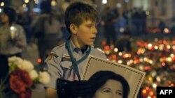 Portretul Mariei Kaczynska purtat de un tînăr la Varșovia