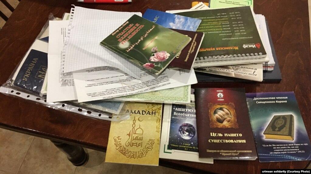 В некоторых домах и машинах изъяли исламскую литературу, которая в России признана запрещенной