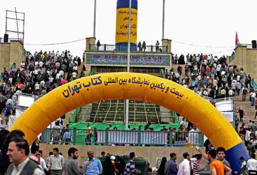 این دومین سالی است که نمایشگاه کتاب در محل مصلی تهران برگزار می شود.