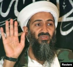 Баспасөз мәжілісінде сөйлеп отырған Осама бин Ладен. Ауғанстан, 26 мамыр 1998 жыл. (Көрнекі сурет)