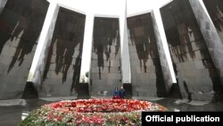Armenia -- Prime Minister Nikol Pashinian and his wife Anna Hakobian lay flowers at the Armenian Genocide Memorial Complex in Yerevan, April 24, 2020.