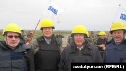 Сопредседатели Минской группы ОБСЕ во время мониторинга на линии соприкосновения войск Нагорного Карабаха и Азербайждана (архив)