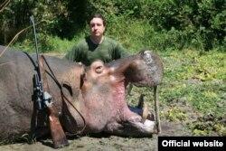 Александр Шилин с убитым бегемотом, фото с сайта opjachtinafrika.nl