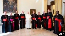 Рим папасы Франциск (ортада ақ киімде) пен католик шіркеуінің кардиналдары. Ватикан, 1 қазан 2013 жыл.